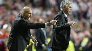 Ancelotti y Zidane dan instrucciones en la final de Lisboa. (AFP)