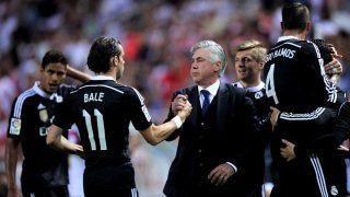Carlo Ancelotti saluda a Gareth Bale en su primera etapa en el banquillo del Real Madrid. (Getty)