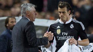 Gareth Bale saluda a Ancelotti tras ser cambiado en un partido con el Real Madrid. (Getty)