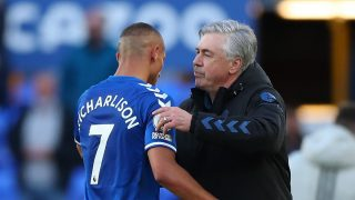 Ancelotti abraza a Richarlison tras un partido con el Everton. (Getty)