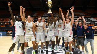 Los jugadores del Real Madrid celebran la Euroliga Junior ganada al Barcelona. (realmadrid.com)