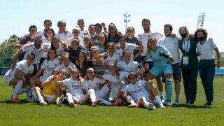 Las jugadoras del Real Madrid celebran en el terreno de juego la clasificación a la Champions League. (@realmadridfem)