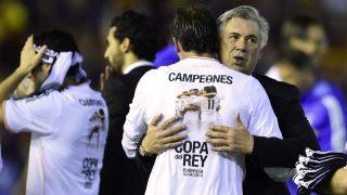Ancelotti abraza a Bale tras la final de Copa del Rey de 2014. (AFP)