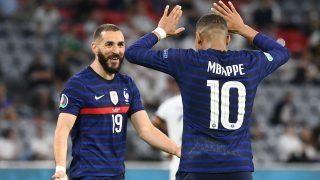 Benzema y Mbappé, durante el debut de Francia en la Eurocopa 2020 (AFP)
