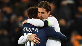 Sergio Ramos se abraza con Neymar tras un partido. (AFP)