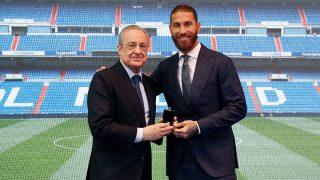 Florentino Pérez, junto a Sergio Ramos en el acto de homenaje y despedida al jugador andaluz. (realmadrid.com)