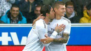 Toni Kroos y Sergio Ramos celebran un gol del alemán con el Real Madrid. (AFP)