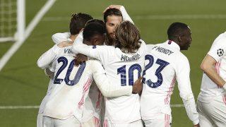 Los jugadores del Real Madrid abrazan a Ramos tras marcar un gol. (Getty)