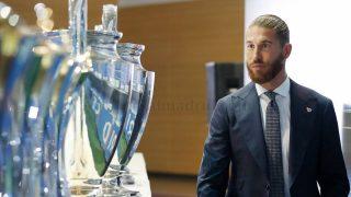 Sergio Ramos contempla los 22 títulos que ganó con el Real Madrid. (realmadrid.com)