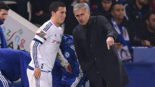 Eden Hazard y José Mourinho durante un partido con el Chelsea. (Getty)