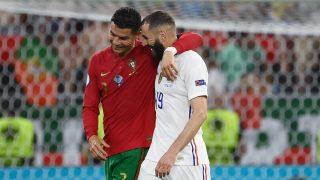 Cristiano Ronaldo y Karim Benzema conversan tras el empate entre Portugal y Francia en la Eurocopa 2020. (AFP)