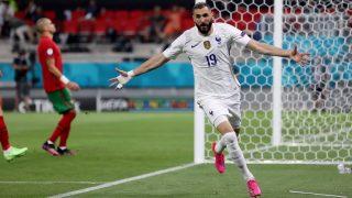 Benzema celebra uno de sus dos goles en el Francia-Portugal. (Getty)