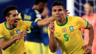 Casemiro celebra junto a Marquinhos el tanto que le dio la victoria a Brasil en el descuento. (Getty)