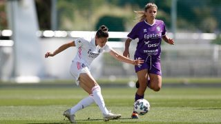 Aurélie Kaci pasa un balón en el encuentro entre el Real Madrid y el Granadilla Tenerife. (@realmadridfem)