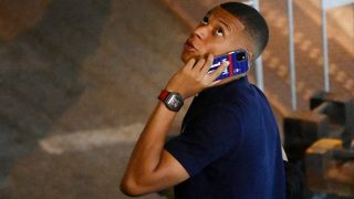 Mbappé habla por su móvil tras la eliminación de Francia de la Eurocopa. (AFP)