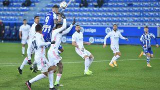 Joselu pugna con la defensa madridista durante el Alavés-Real Madrid del curso pasado. (Getty)