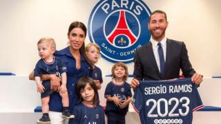 Sergio Ramos, Pilar Rubio y sus hijos posan con la camiseta del PSG. (Instagram)