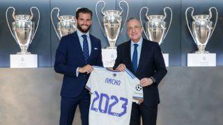 Nacho posa junto a Florentino tras firmar su renovación hasta 2023. (realmadrid.com)
