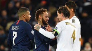 Ramos habla con Neymar, durante un partido entre el PSG y el Real Madrid (AFP)