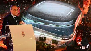 Florentino Pérez, con la maqueta del nuevo Santiago Bernabéu de fondo. (realmadrid.com)