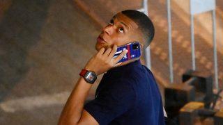 Kylian Mbappé hace una llamada de teléfono. (AFP).