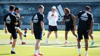 Carlo Ancelotti y varios jugadores del Real Madrid, durante un entrenamiento (Realmadrid.com).