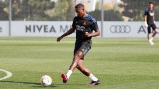 David Alaba entrenando con el Real Madrid. (realmadrid.com)