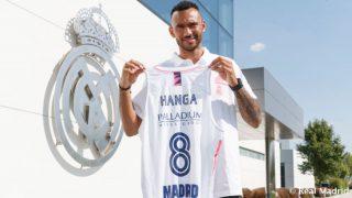 Hanga posa con la camiseta del Real Madrid.