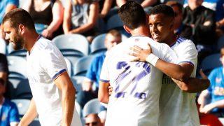 Rodrygo celebra con Isco su gol al Rangers.