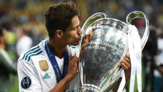 Raphael Varane besa su cuarta Champions ganada con el Real Madrid (AFP).