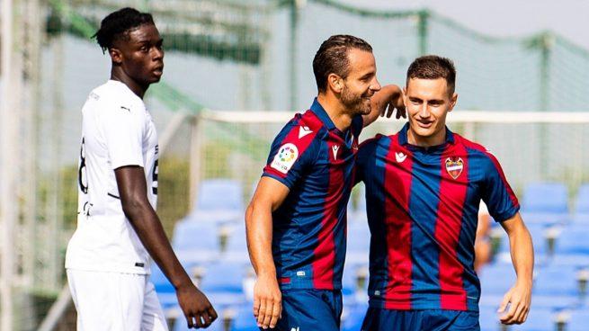 De Frutos y Soldado celebran un gol en pretemporada.