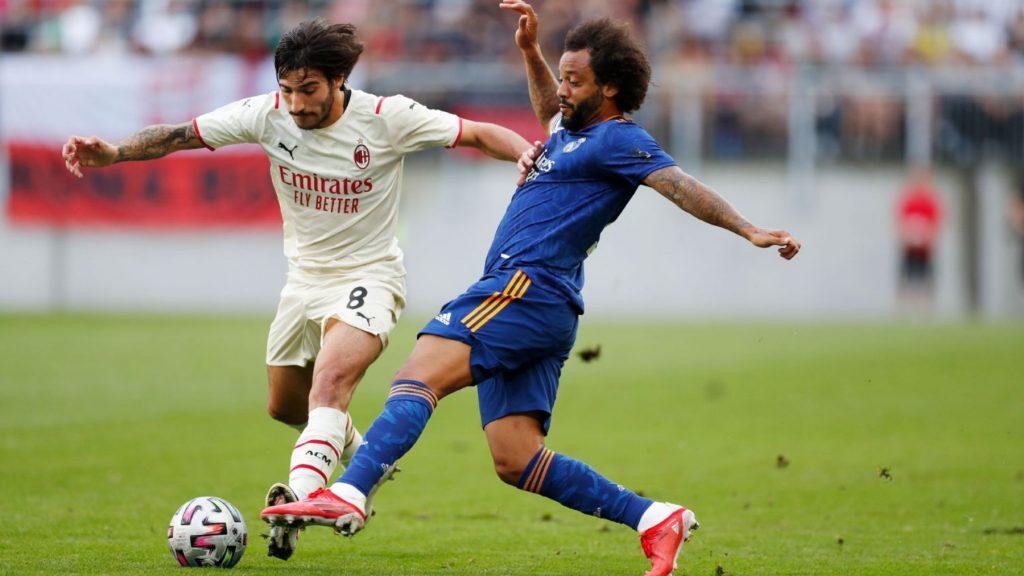 Marcelo intenta robar el balón a Tonali.