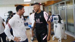 Kylian Mbappé charla junto a Leo Messi después de su primer entrenamiento en el PSG. (@KMbappe)