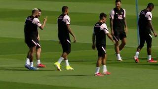 Mbappé, durante el entrenamiento del PSG con Messi y Neymar a su bola.