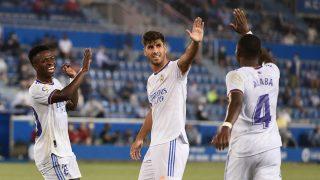 Marco Asensio, celebra junto a Vinicius y Alaba un gol del Real Madrid (AFP).