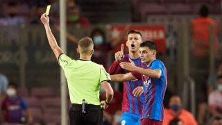 Piqué protesta junto a Pedri una decisión al árbitro durante el partido ante la Real Sociedad (EFE)