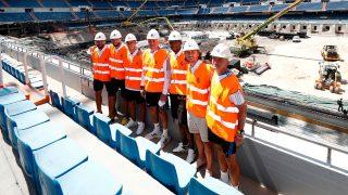 Los jugadores del Real Madrid visitan las obras del Santiago Bernabéu.