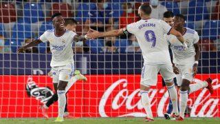 Vinicius celebra un gol con Benzema. (AFP)