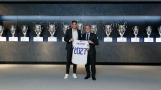 Fede Valverde posa con Florentino Pérez tras renovar su contrato con el Real Madrid hasta 2027. (realmadrid.com)