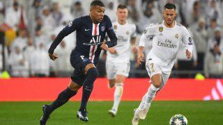 Mbappé disputa un balón dividido con Hazard. (AFP)