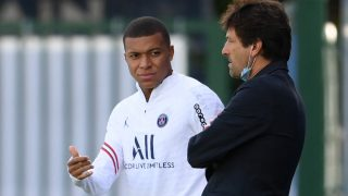 Mbappé, junto a Leonardo este sábado en las instalaciones del PSG. (AFP)