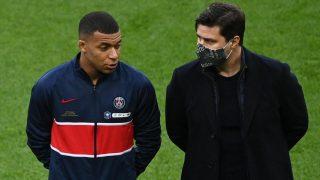 Mbappé, junto a Pochettino, antes de un partido del PSG. (AFP)