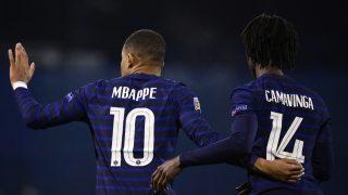 Camavinga, junto a Mbappé en un partido con Francia. (AFP)