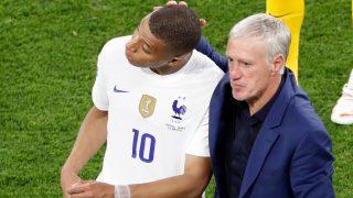 Mbappé es consolado por Deschamps tras un partido. (AFP)