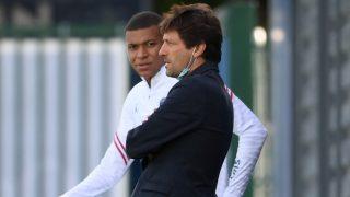 Mbappé habla con Leonardo en un entrenamiento. (AFP)