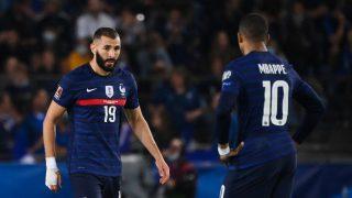 Karim Benzema y Kylian Mbappé, en un partido de Francia (AFP).