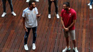 Hanga charla con Oriola en la presentación de la Liga Endesa. (EFE)