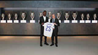 Camavinga posa junto a Florentino Pérez y la camiseta del Real Madrid. (Realmadrid.com)