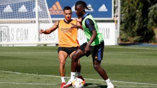 Eduardo Camavinga, junto a Lucas Vázquez, en su primer entrenamiento con el Real Madrid (Realmadrid.com).