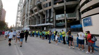 Aficionados del Real Madrid entrando al Santiago Bernabéu. (EFE)